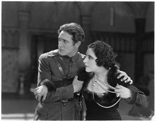 Géraldine Farrar dans le rôle de Concha Perez saisissant son collier de perles est retenue par Lou Tellegen qui interprète Don Mateo dans 'la femme et le pantin' de Reginald Barker (Goldwyn)