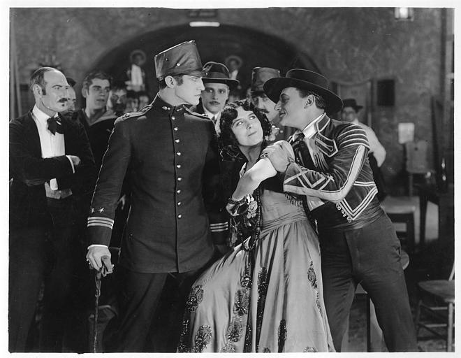 Géraldine Farrar dans le rôle de Concha Perez danse le flamenco entourée de plusieurs hommes dont Lou Tellegen jouant Don Mateo dans 'la femme et le pantin' de Reginald Barker (Goldwyn)