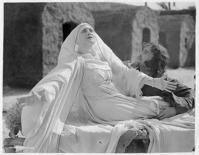 Alice Chapin est la Mère Supérieure en extase au pied d'Hamilton Revelle qui joue Paphnutius dans 'Thais' de Hugo Ballin et Franck Crane Hall (Goldwyn Pictures)