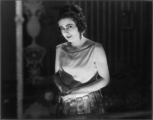 Saova Gallone dans la lumière dans 'Visages de l'amour' de Carmine Gallone