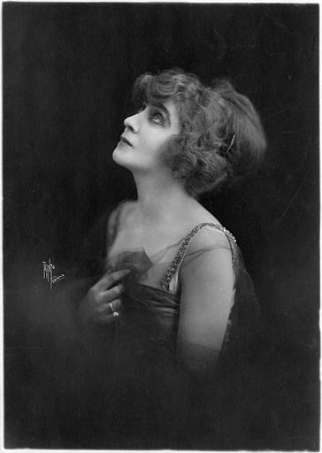 Portrait de Saova Gallone de profil le regard vers le haut (Gaumont)