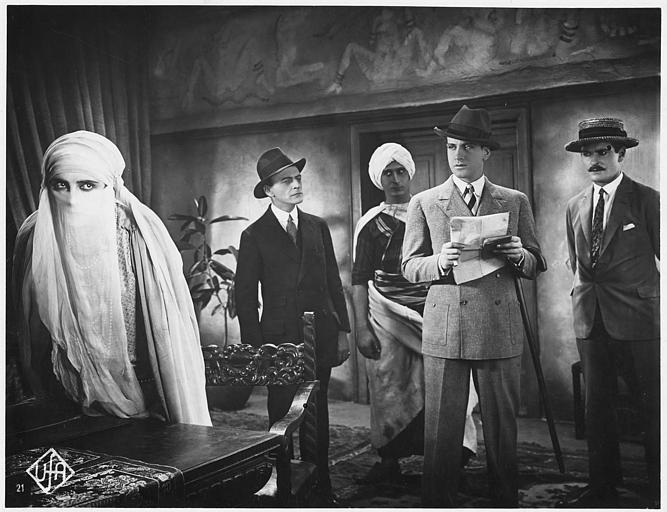 Maria Jacobini voilée avec quatre hommes dont Jean Bradin dans un bureau dans 'Die Frauengasse from Algier' de Wolfgang Hoffmann-Harnisch (UFA)