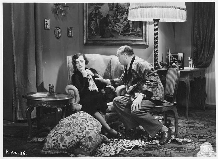 Armando Falconi, dans le rôle d'Armando, tend la main vers Diomira Jacobini, jouant Lilly, qui tient un mouchoir, assise dans un fauteuil dans 'L'ultima Avventura' de Mario Camerini (Cines)