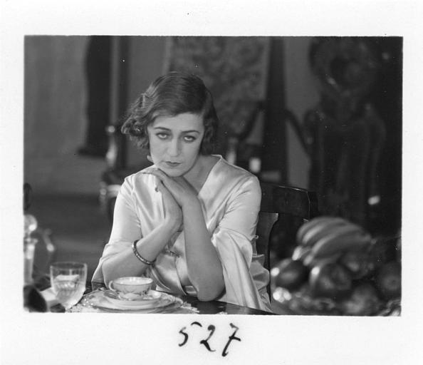 Diana Karenne dans le rôle de Mme Beauchêne à table dans 'Fécondité' de Nicolas Evreinoff et Henri Étiévant