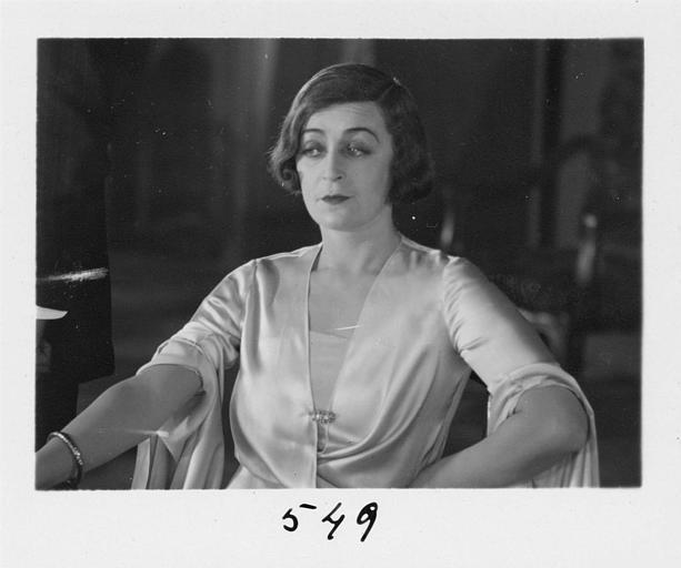 Diana Karenne dans le rôle de Mme Beauchêne assise dans 'Fécondité' de Nicolas Evreinoff et Henri Étiévant