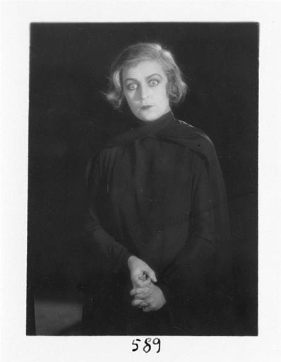 Diana Karenne dans le rôle de Mme Beauchêne se tenant les mains dans 'Fécondité' de Nicolas Evreinoff et Henri Étiévant