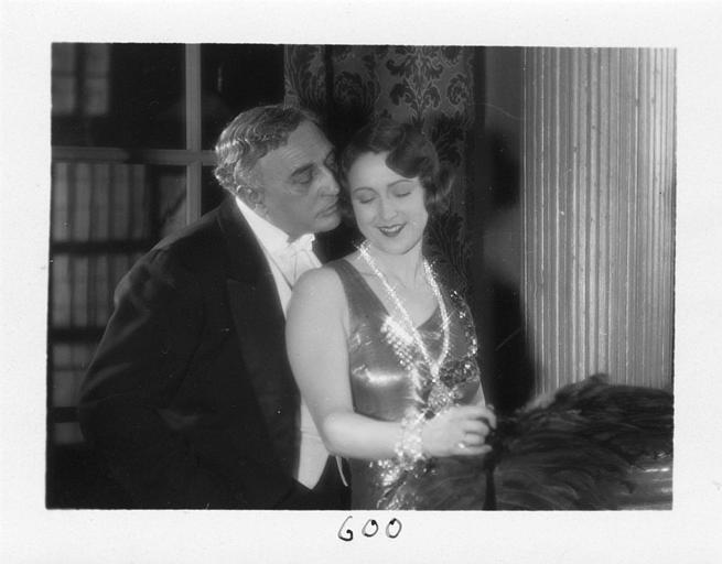 Un homme et Diana Karenne dans le rôle de Mme Beauchêne durant une soirée dans 'Fécondité' de Nicolas Evreinoff et Henri Étiévant