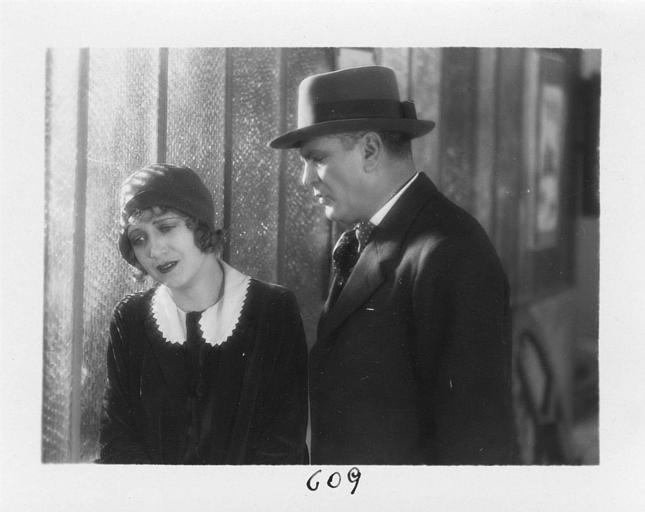 Diana Karenne dans le rôle de Mme Beauchêne en pleurs à côté d'un homme dans 'Fécondité' de Nicolas Evreinoff et Henri Étiévant