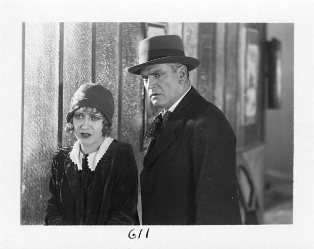 Diana Karenne dans le rôle de Mme Beauchêne en pleurs à coté d'un homme dans 'Fécondité' de Nicolas Evreinoff et Henri Étiévant