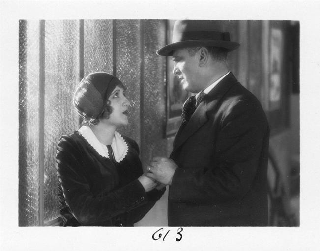 Un homme tient les mains de Diana Karenne dans le rôle de Mme Beauchêne dans 'Fécondité' de Nicolas Evreinoff et Henri Étiévant