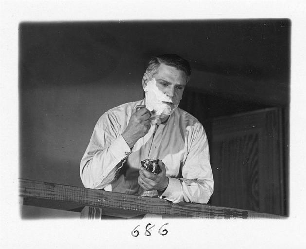 Un homme se rasant dans 'Fécondité' de Nicolas Evreinoff et Henri Étiévant