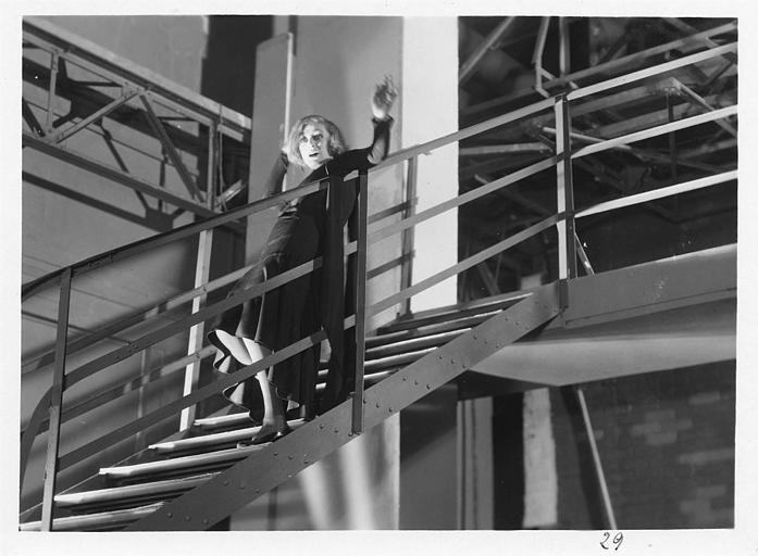 Diana Karenne dans le rôle de Mme Beauchêne descendant des escaliers métalliques dans 'Fécondité' de Nicolas Evreinoff et Henri Étiévant