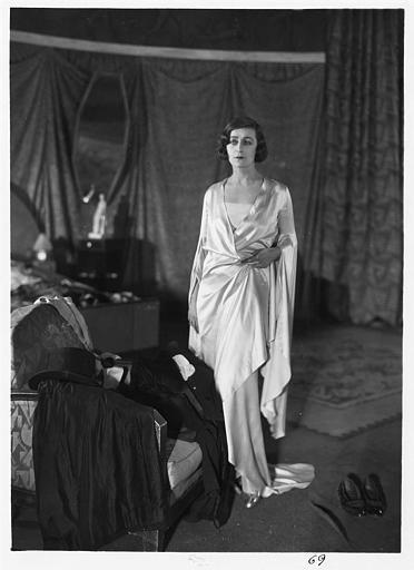 Diana Karenne dans le rôle de Mme Beauchêne debout dans une chambre dans 'Fécondité' de Nicolas Evreinoff et Henri Étiévant