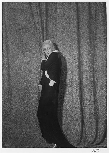 Diana Karenne dans le rôle de Mme Beauchêne debout devant un rideau dans 'Fécondité' de Nicolas Evreinoff et Henri Étiévant