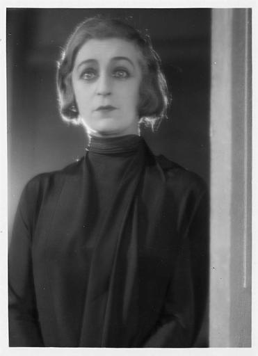 Visage de Diana Karenne dans le rôle de Mme Beauchêne les larmes aux yeux dans 'Fécondité' de Nicolas Evreinoff et Henri Étiévant