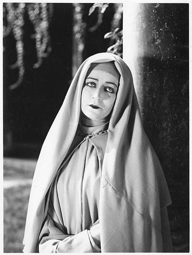 Diana Karenne dans le rôle de Maria, Duchesse de Lardi, en religieuse les larmes aux yeux dans 'Casanova' d'Alexandre Volkoff