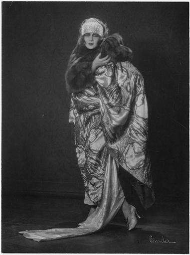 Portrait d'Elena Makowska dans un manteau avec un col de fourrure