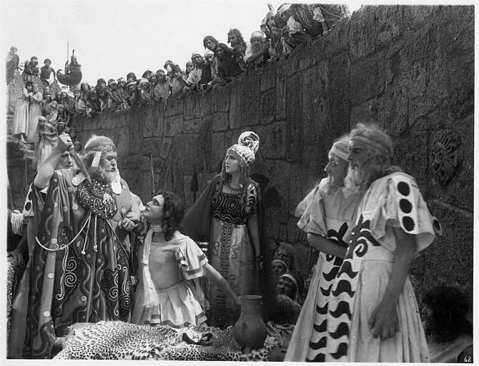 Scène devant les remparts durant laquelle un homme en menace un autre, à genoux, avec un poignard : Edy Darclea et Vladimir Gaïdaroff dans 'Hélène de Troie' de Manfred Noa