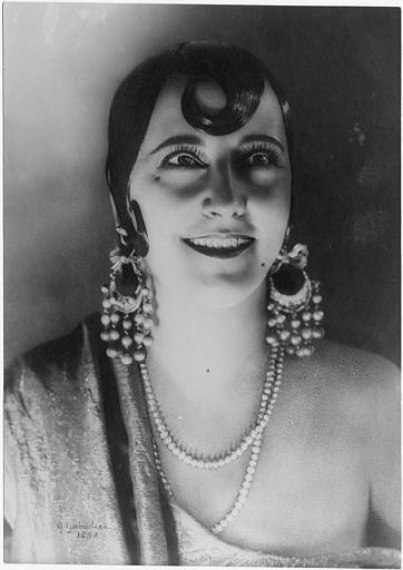 Portrait de Rina de Liguoro dans le rôle de la Bella Corsara portant de grandes boucles d'oreilles et un collier en perle dans 'La Bella Corsara' de Wladimiro de Liguoro
