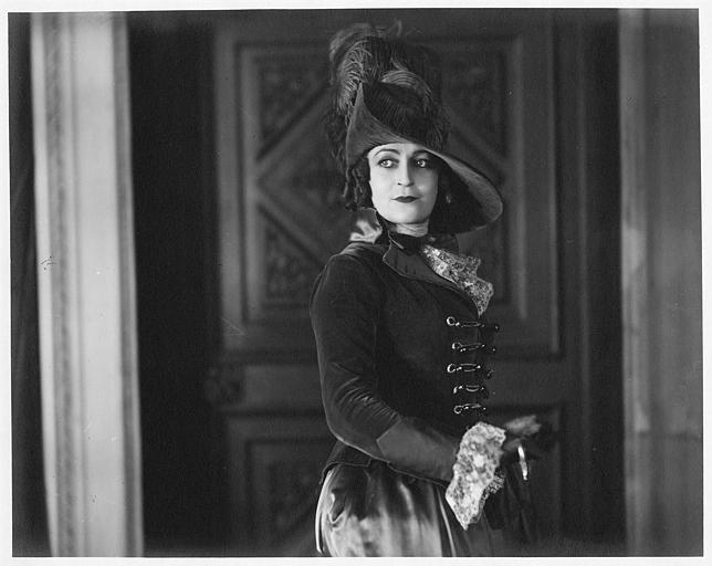 Portrait de Diana Karenne portant un chapeau à plume