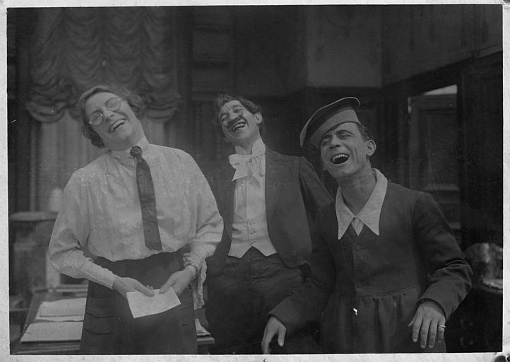Rémond Frau qui interprète Dandy, la capitaine des Girls et Max rient aux éclats dans 'Dandy-Pacha' de Georges Rémond