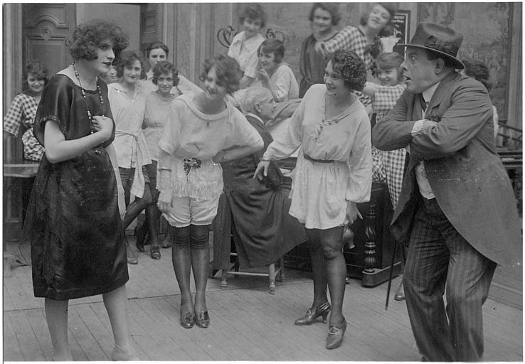 Les Girls dont Easton Ulysse et Rémond Frau qui interprète Dandy dans 'Dandy-Pacha' de Georges Rémond
