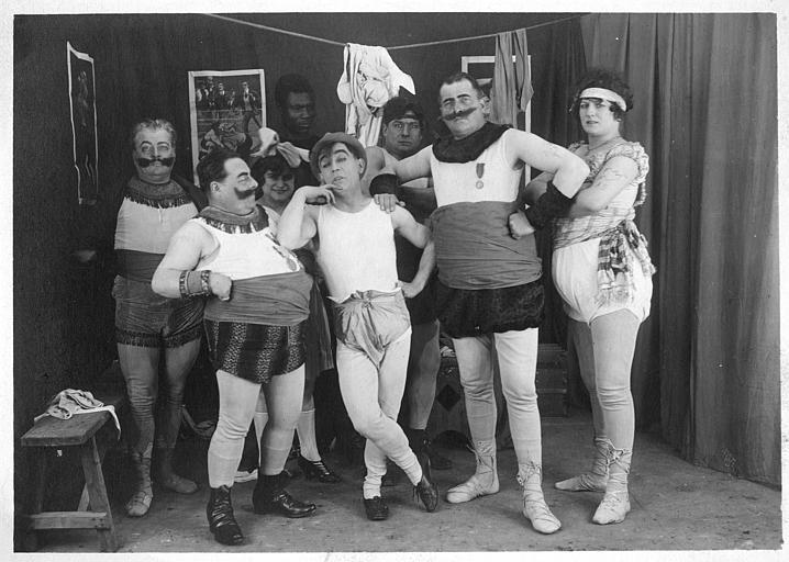 Rémond Frau qui interprète Dandy et une troupe de catcheurs dans des coulisses dans un épisode de 'Dandy' de Georges Rémond