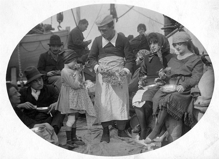 Sur le pont d'un bateau, Rémond Frau dans le rôle de Dandy est le cuisinier : il apporte à manger à plusieurs personnages 'Dandy navigateur' de Georges Rémond