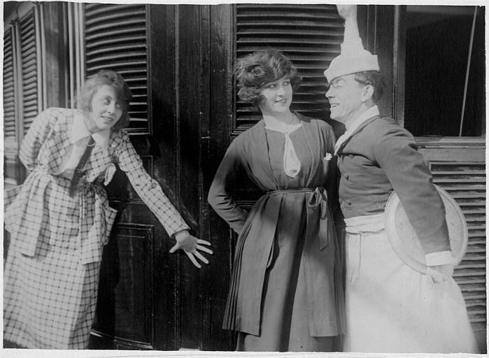 Sur un bateau, Rémond Frau dans le rôle de Dandy en cuisinier et deux femmes dont Lulu lui souriant dans 'Dandy navigateur' de Georges Rémond