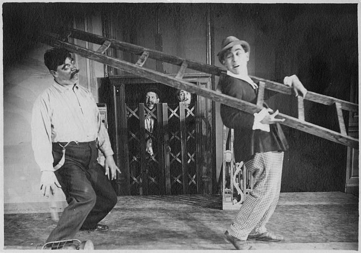 Rémond Frau dans le rôle de Dandy portant une échelle et assomant Smote alors que deux Aimos et Max sont dans un ascenseur dans un épisode de 'Dandy' de Georges Rémond