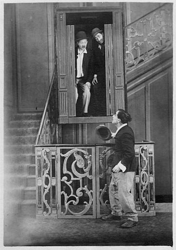 Dorval et Max Bonnet dans un ascenseur et Rémond Frau dans le rôle de Dandy sur le palier dans un épisode de 'Dandy' de Georges Rémond