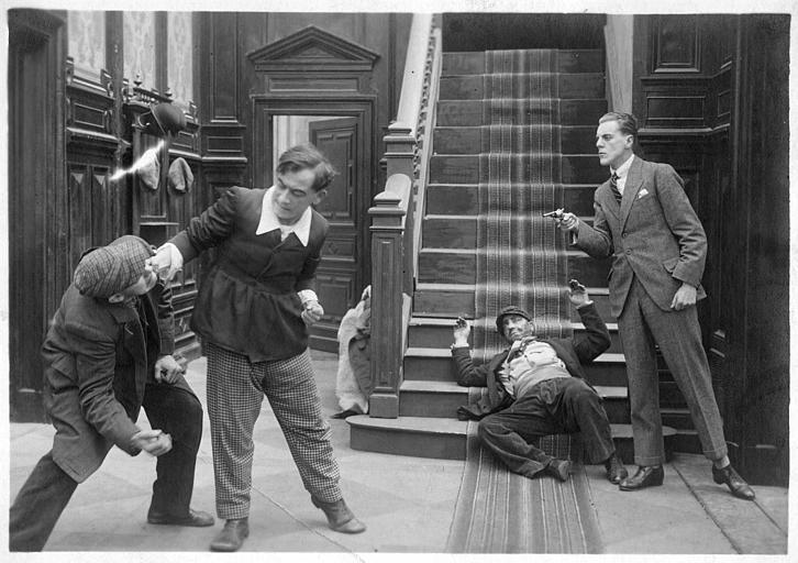 Rémond Frau dans le rôle de Dandy se battant avec George Foottit, Harry et Pollos en bas d'un escalier dans 'L'héritage de Dandy' de Georges Rémond