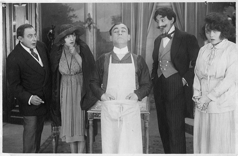 Rémond Frau dans le rôle de Dandy entouré d'Ulysse, Florelle et Max étonnés dans un épisode de 'Dandy' de Georges Rémond