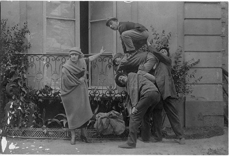 Max, Gohier et Adolphe faisant la courte échelle à Rémond Frau dans le rôle de Dandy devant Milly Baker, pour entrer dans une maison par un balcon dans un épisode de 'Dandy' de Georges Rémond