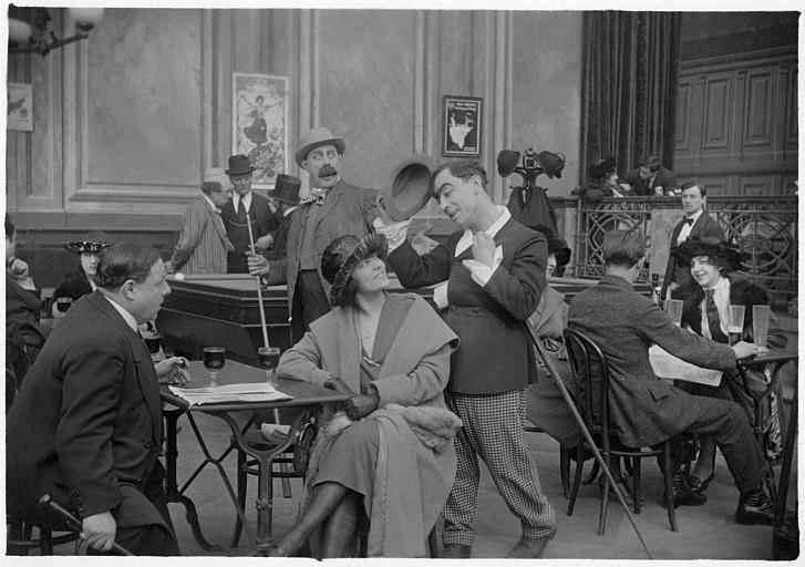 Rémond Frau dans le rôle de Dandy galant avec une femme qu'il salue dans un bar-billard en compagnie de Alyms, Ulysse et Pollos dans un épisode de 'Dandy' de Georges Rémond