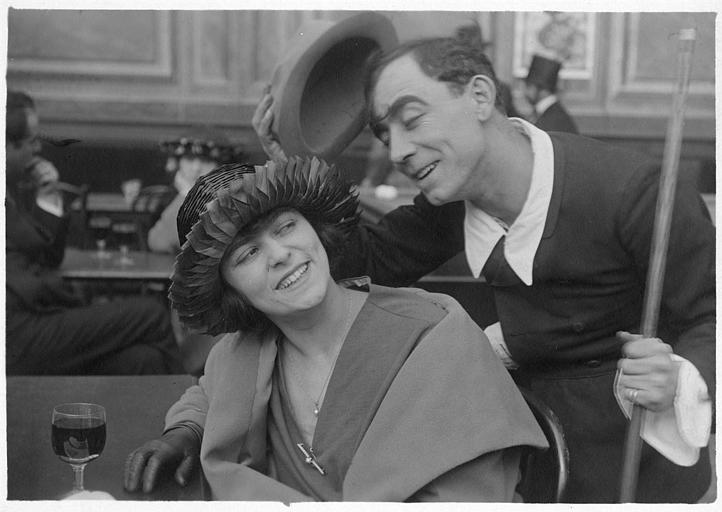 Rémond Frau dans le rôle de Dandy galant avec une femme qu'il salue dans un bar-billard dans un épisode de 'Dandy' de Georges Rémond
