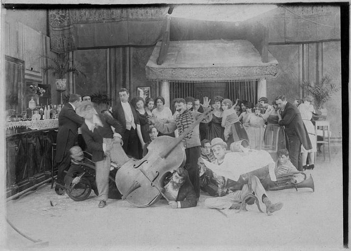 Dans une salle de bal, les musiciens de l'orchestre ont glissé de leur balcon au milieu des danseurs : Rémond Frau dans le rôle de Dandy, Max, Foche et Smote dans un épisode de 'Dandy' de Georges Rémond