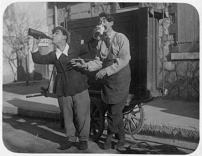 Dans la rue, Rémond Frau dans le rôle de Dandy boit au goulot d'une bouteille avec Aimos dans un épisode de 'Dandy' de Georges Rémond