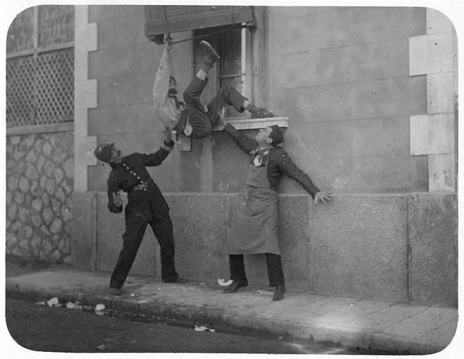 A Marseille, un homme passant par la fenêtre est accueilli par un policier et un troisième homme : Max, Aimos et Jakson dans 'Dandy Ebeniste' de Georges Rémond