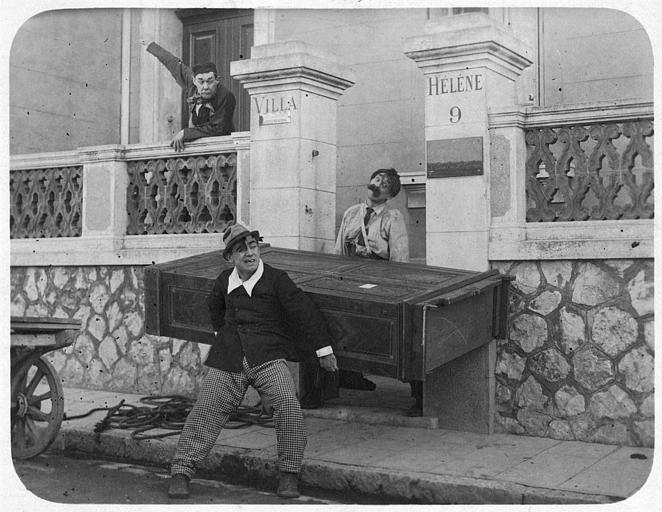 A Marseille, Aimos et Rémond Frau dans le rôle de Dandy tentent de faire entrer une armoire dans la Villa Hélène commandée par Jackson dans 'Dandy Ebeniste' de Georges Rémond
