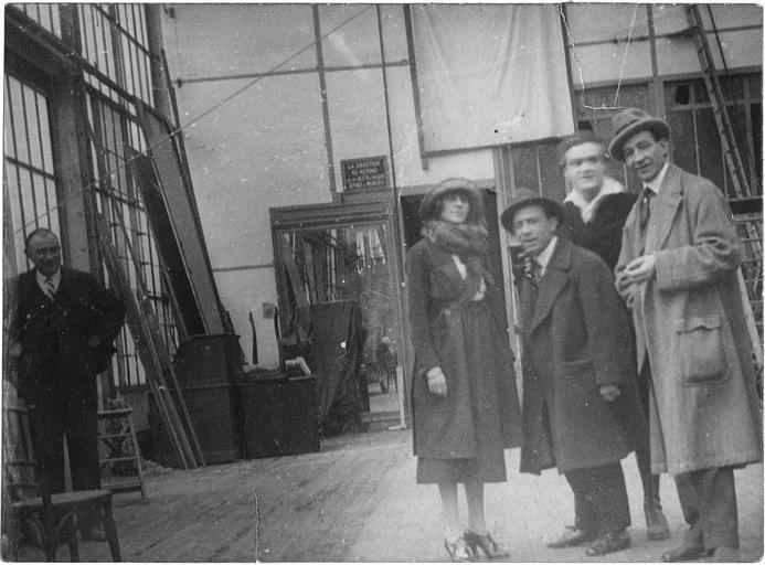 Max, Dandy, Georges Gauthier, Lucienne Legrand et Louis Paglieri dans des coulisses