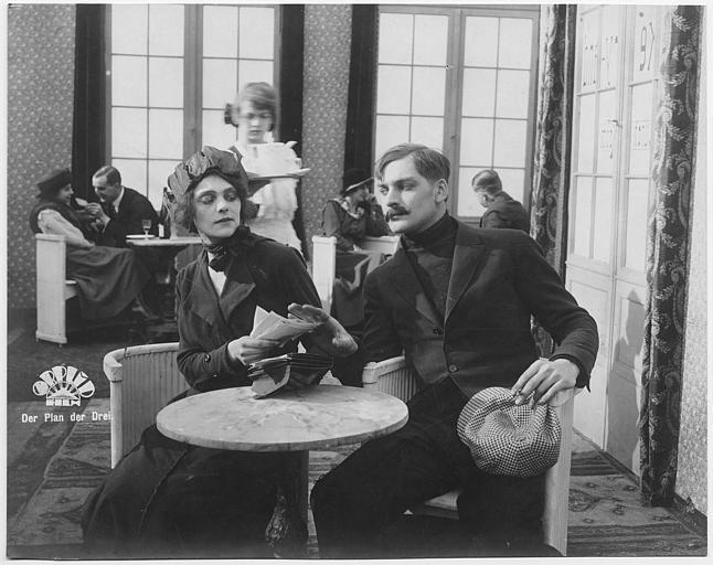 Harry Franck refusant les papiers que lui transmet Irene Marga dans un restaurant dans 'Der plan der Drei' de Wolfgang Neff (Orplid Film)