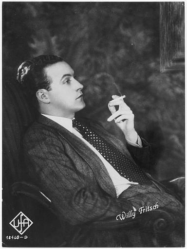 Portrait de Willy Fritsch fumant une cigarette (UFA)