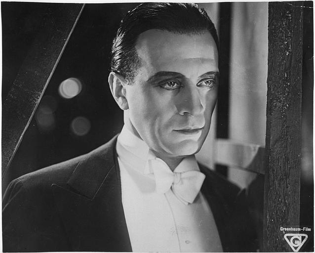 Visage d'Ivan Petrovich maquillé avec un noeud papillon blanc dans 'Le roi de Paris' de Leo Mittler (Greenbaum Film)