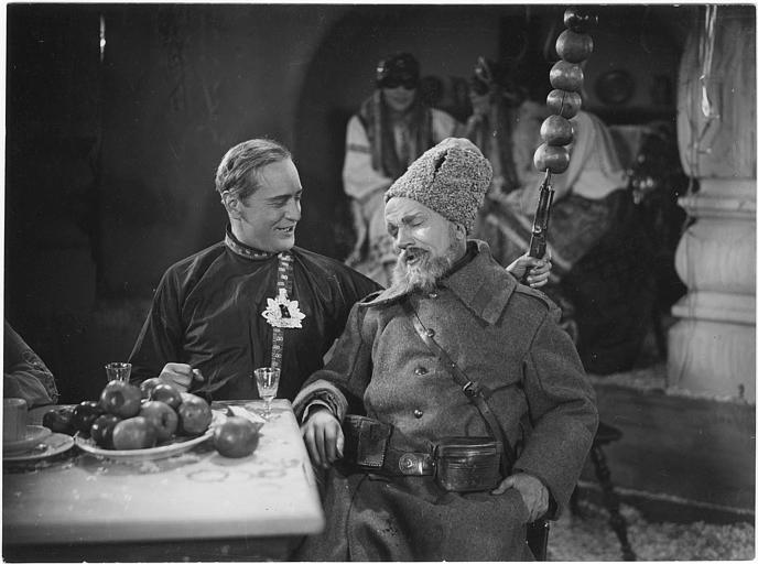 Harry Liedtke et Hermann Picha attablés dans un restaurant