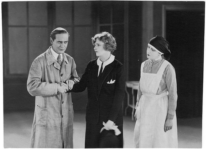 Harry Liedtke prenant la main d'une femme en présence d'une infirmière