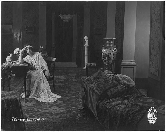 Karin Jugel  pensive sur une chaise dans une chambre dans 'Nur ein Zahnstocher' de Rudolf  Del Zopp (GK Films)