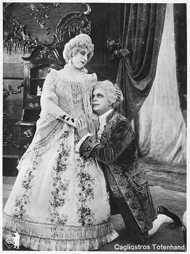 Un homme à genoux devant Martha Novelly dans 'Cagliostros Totenhand' de Nils Chrisander  (Deutsche Bioscop Gmbh)