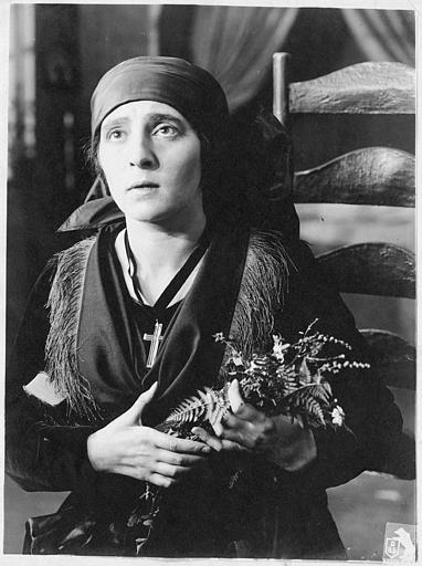 Portrait de Martha Novelly tenant une gerbe de fleurs (DBG Bioscop Film)