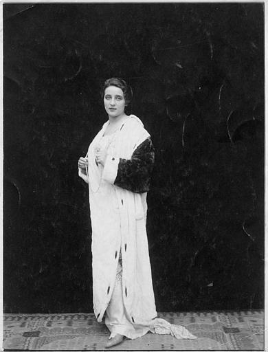 Portrait de Matha Novelly en pied